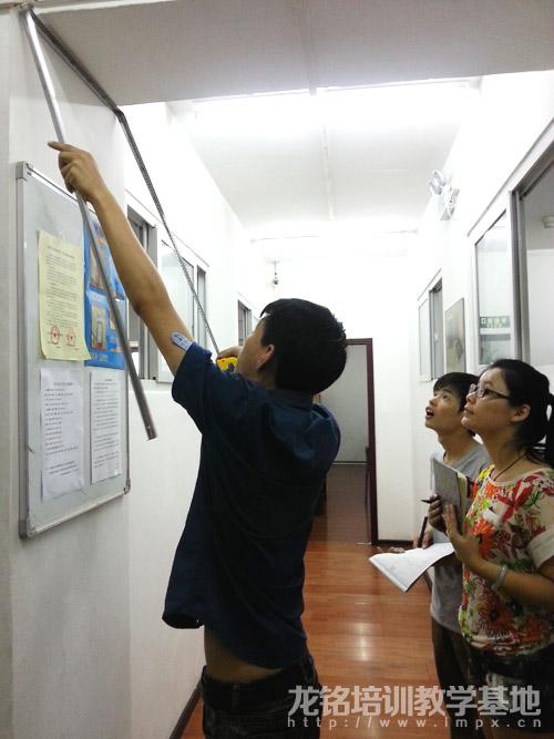老师亲自演示指导室内设计学员现场量尺技巧